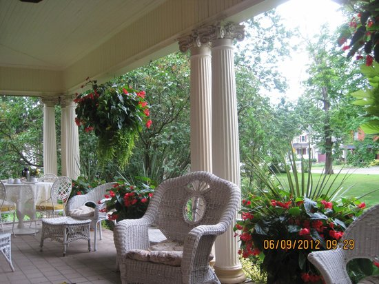 Lalor Estate Inn: sumptuous columns empowered by  flower-baskets