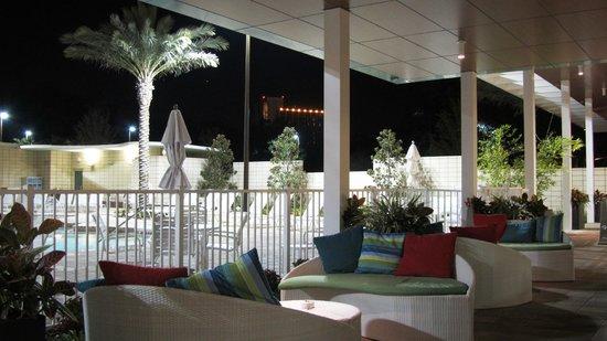Holiday Inn Orlando – Disney Springs Area : Lounge da piscina