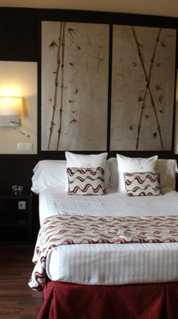 Hotel Paseo del Arte: bright room on upper floor