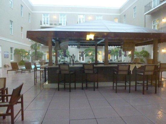 Hyatt Centric French Quarter New Orleans: Pool bar near our room (255)