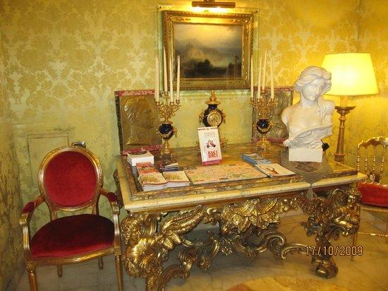 Hotel Turner: Info desk in lobby