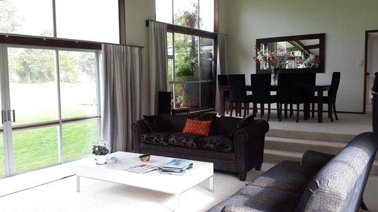 Reflection Lodge: spacious living room
