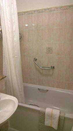 The Belvedere Hotel: Shower