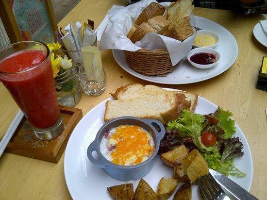 Hummingbird : Many choices of breakfast ... Yummy