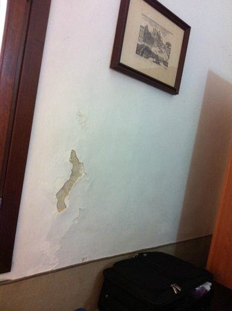 Ca' Bragadin Carabba: wall cracked