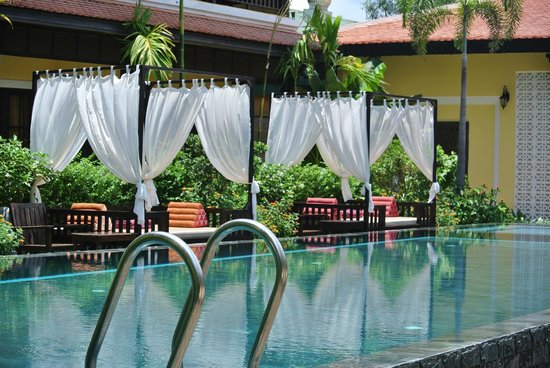 Residence Indochine D'angkor : Lovely resting areas around the pool