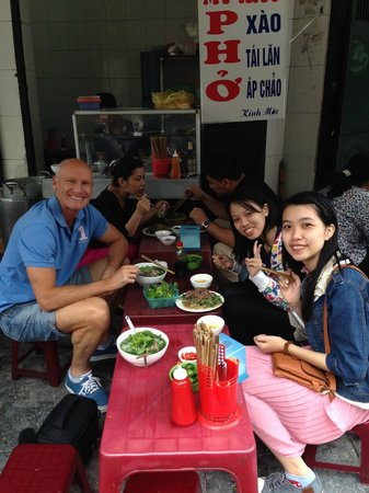 HanoiKids Tour: Having a delicious lunch ..... with the locals