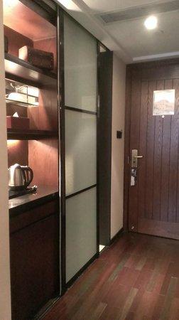 SSAW Boutique Hotel Shanghai Bund: 双人床房-卫生间拉门,开门是会关闭这小吧台的喔!
