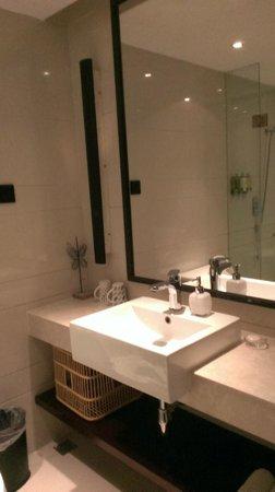 SSAW Boutique Hotel Shanghai Bund : 双人床房-无浴缸的卫生间,单个洗手台。