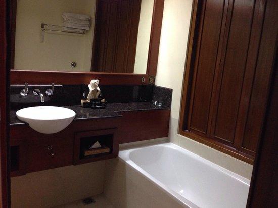 Grand Mirage Resort & Thalasso Spa - Bali : Bathtub with connected window