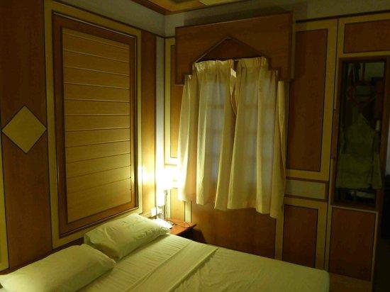 Shari-La Island Resort: our room