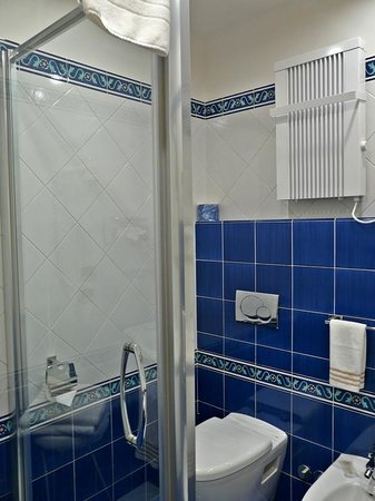 Hotel Cavour : Baño en habitacion delux