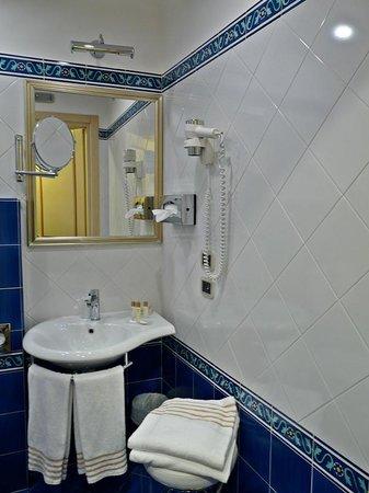 Hotel Cavour : Baño en habitación deluxe