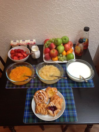 Ardlogie Guest House: A wee selection of fruits, yogurts & pastries awaits you in the morning