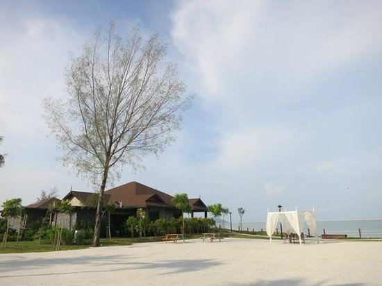 Langkawi Lagoon Beach Resort : hotel grounds