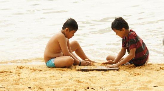 Danau Poso: Asyiknya anak bermain pasir