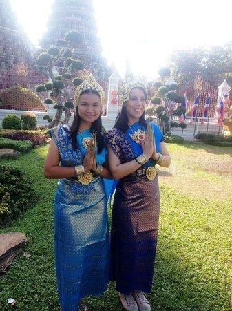 Wat Arun (Tempel der Morgenröte): traditional costum 100 baht