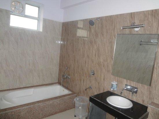 Saket Hotel: nice bathrooms