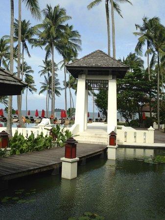 The Emerald Cove Koh Chang : Дорожка к спа, а также пляжу))) справа от беседки находится спа)