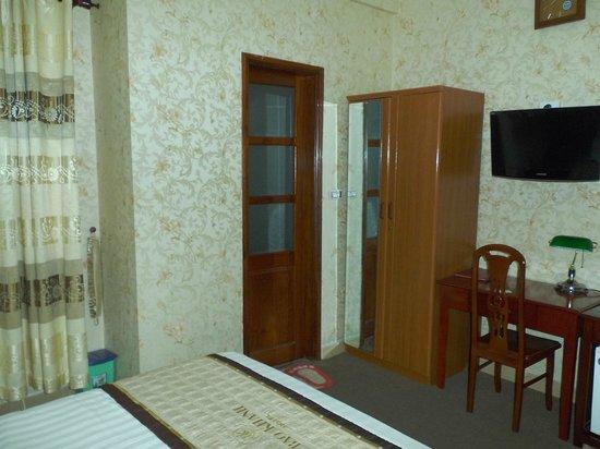 باو خان هوتل: 奥の扉がシャワー室謙トイレ、左手の窓を開ければ隣の建物の壁
