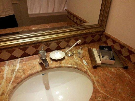 Royale Chulan Bukit Bintang: Dirty bathroom with sp*rm smells