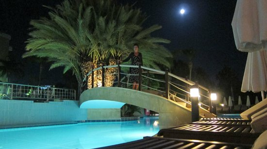 Mediterranean Beach Hotel : Pool at night