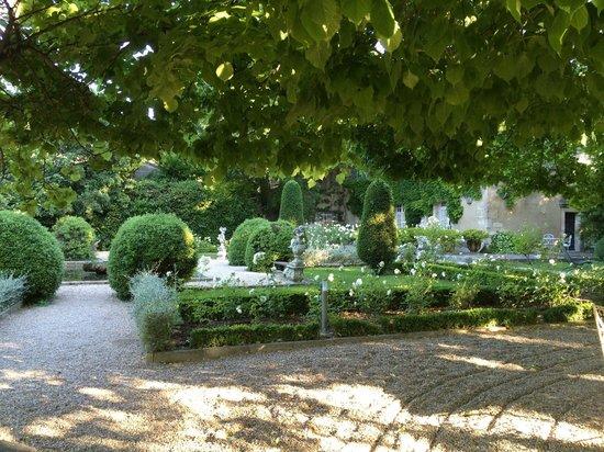 Baumanière les Baux de Provence : Lovely garden in front of the Manoir