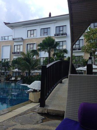 Grand Inna Kuta: Sun lounges by the pool