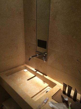 C-Hotel & SPA: il bagno, lo specchio con televisione davanti al lavandino