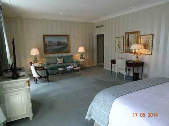 Four Seasons Hotel des Bergues Geneva: VIEW INSIDE JUNIOR SUITE NUMBER 222 WITH LAKE VIEW, MAY 2014.