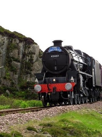 Jacobite Steam Train : train getting in to Mallaig station