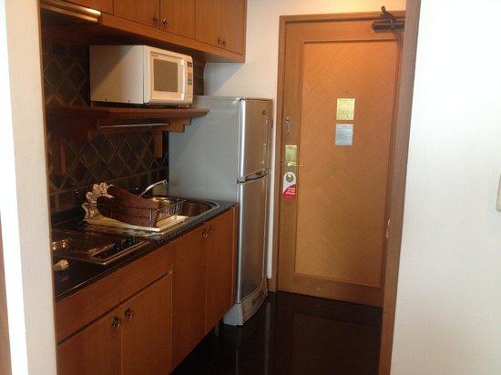 Centre Point Sukhumvit 10: Kjøkken på rom