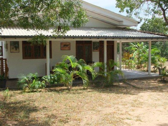 Huis met kamers en veranda rondom foto van jc guesthouse