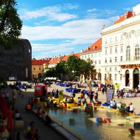 MuseumsQuartier Wien: La piazze e le panchine colorate  del al MuseumsQuartier