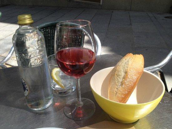 Naia: wine and bread