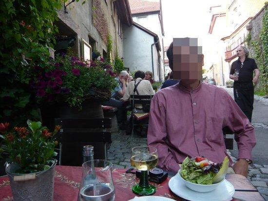Altfrankische Weinstube : 夜7時半過ぎですがまだまだ明るいので外で夕食をとります