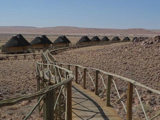 Sossus Dune Lodges: The rooms or cabins spread out in two directions from the main building.