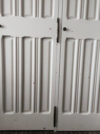 Hôtel Ile Rousse Thalazur Bandol : porte de placard chambre