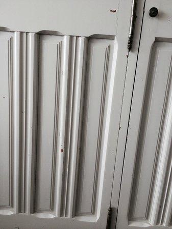 Hôtel Ile Rousse Thalazur Bandol : porte placard chambre