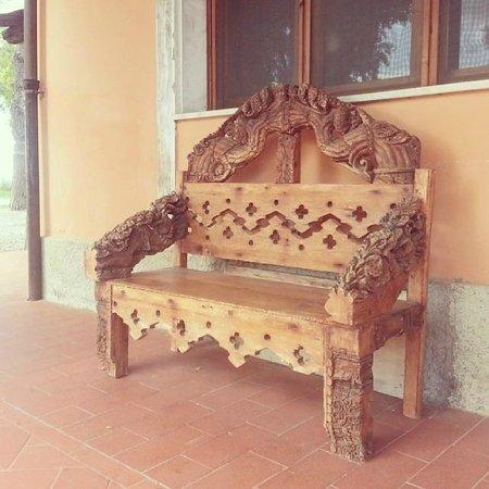 Fattoria San Lorenzo : Скамейка возле ресторана