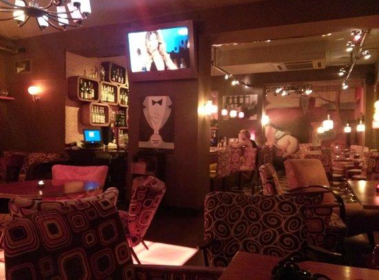 Moment Resto Bar & Music: Sala interna_bancone bar