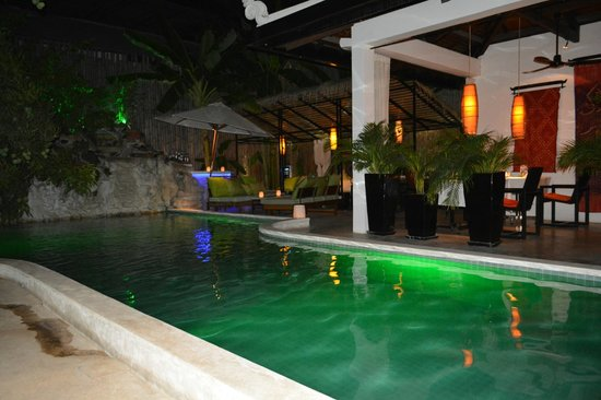 The Governors House Boutique Hotel Phnom Penh : Swimming pool and casual dining area
