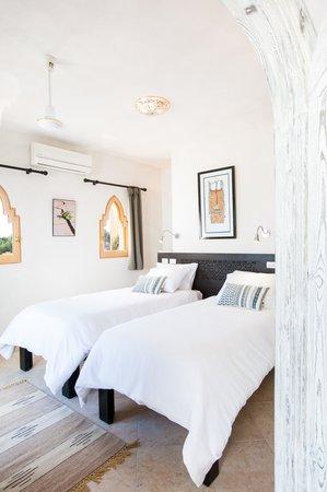 Red C Villas: Twin bedroom