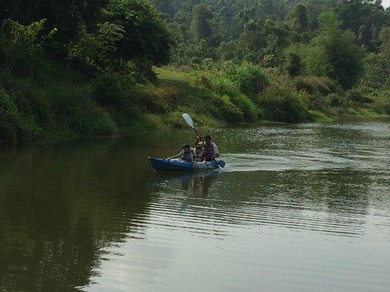 Flameback Lodges: The Pvt Lake & kids kayaking
