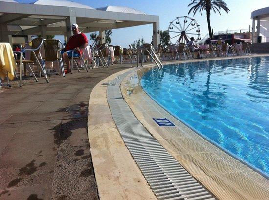 Club Hotel Turan Prince World: De vrais verre traîne autour de la piscine...attention coupures