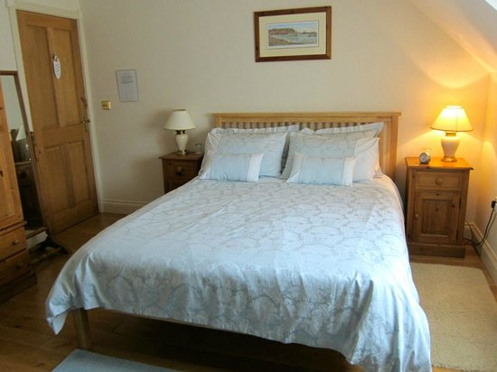 Ashfield House Luxury B&B: Coastal Room's blue damask bedlinen & oak furniture