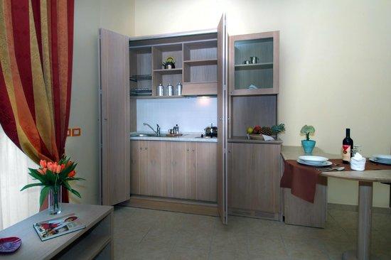 Hotel L' Oasi: Cucina appartamento 2
