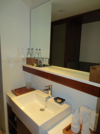 The Magani Hotel and Spa : love this huge mirror above sink with space in front to put other stuff