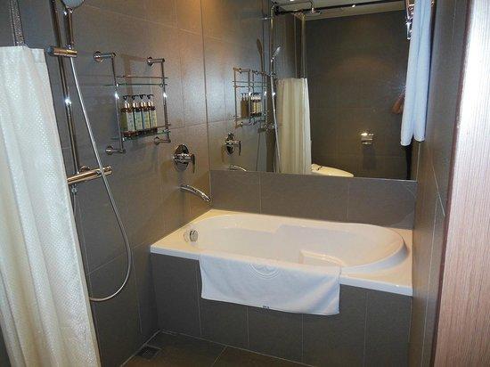 Howard Garden Suites: バスルーム