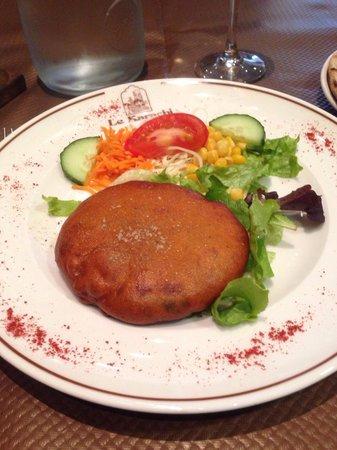 Le Karachi : Pakora, un beignet de pomme de terre servi avec une salade et un assortiment de 3 sauces, yaourt